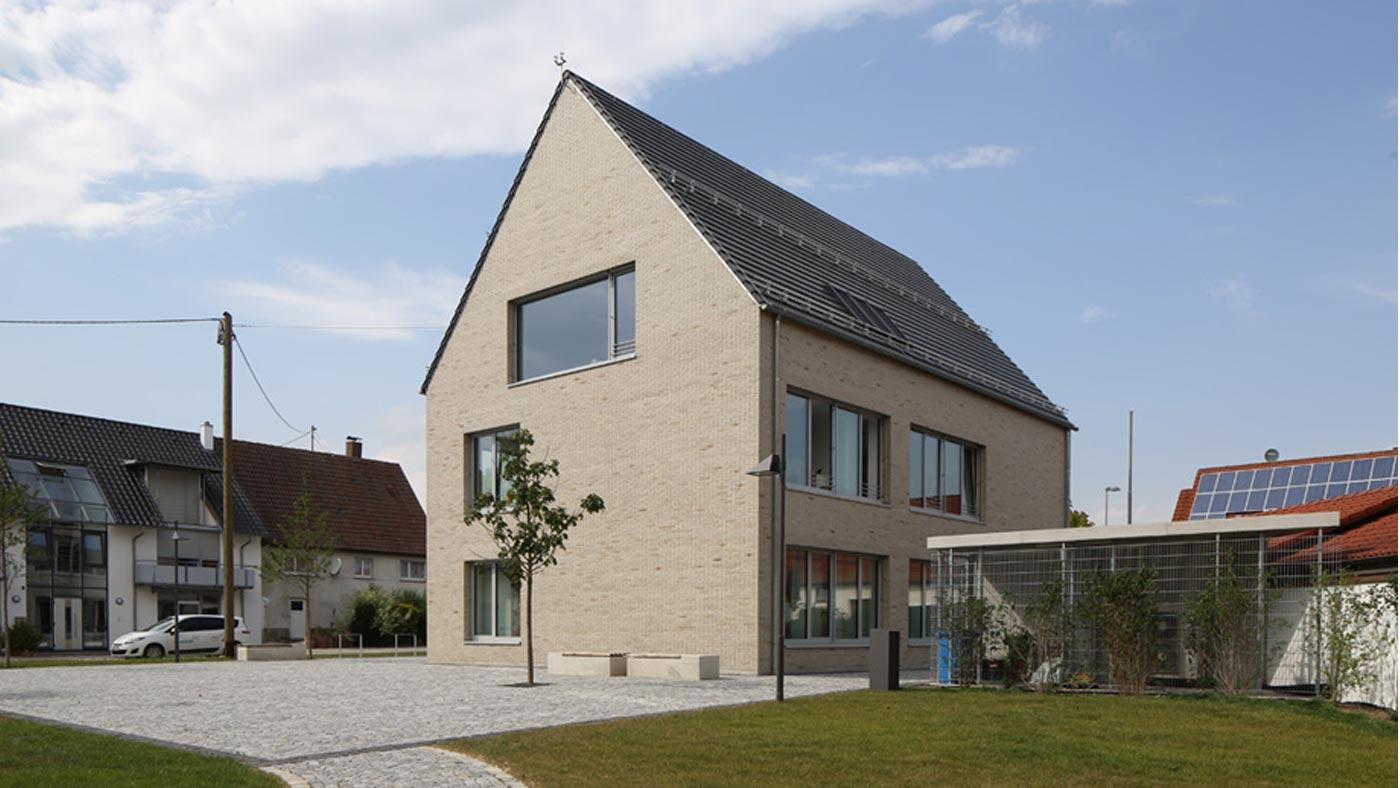 staub architekten rathaus mit bank. Black Bedroom Furniture Sets. Home Design Ideas